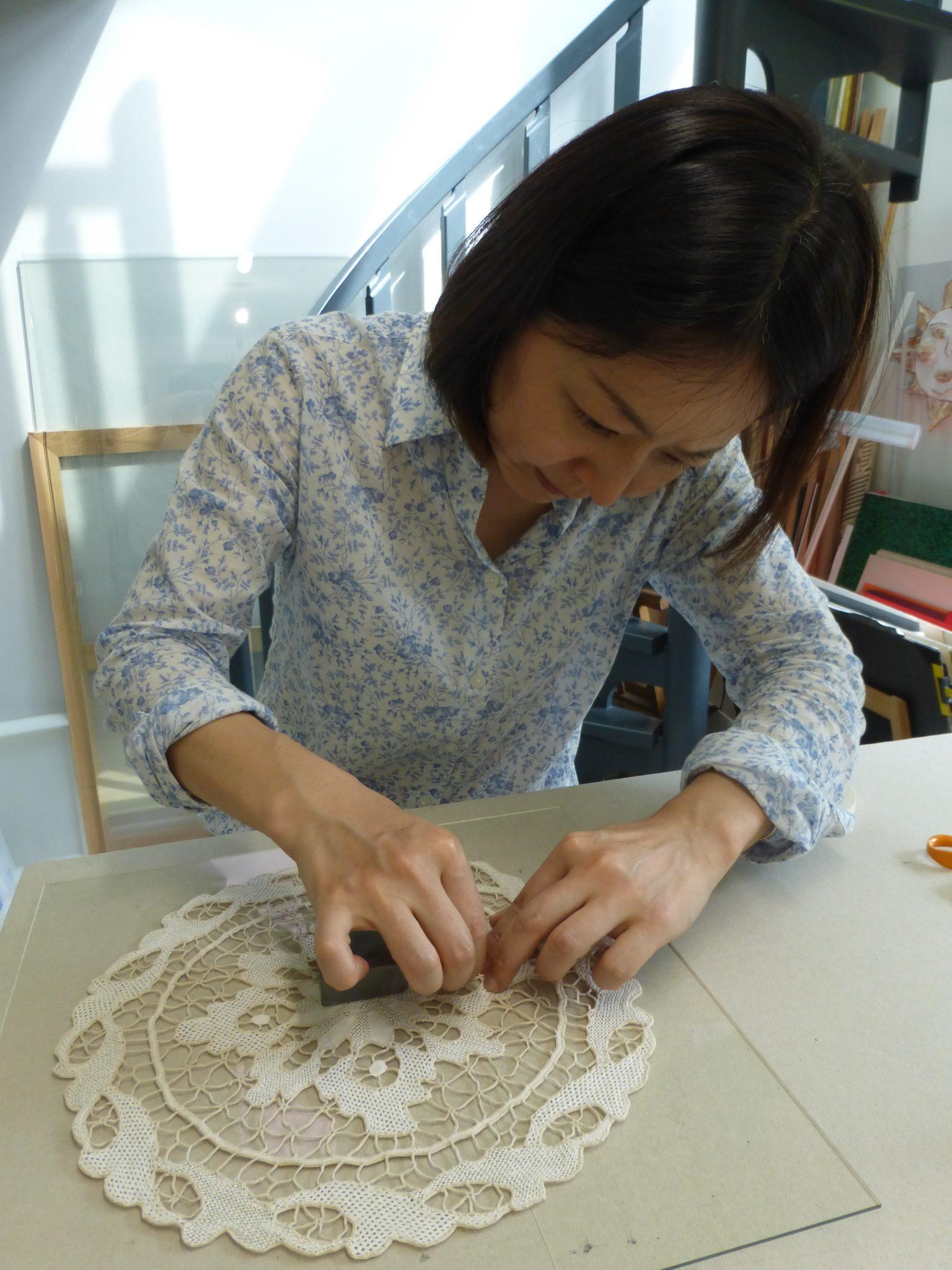 Laurence Paganet de l'Atelier Cadres et Marges anime des cours d'encadrement d'art à Montreuil 93, de tous niveaux