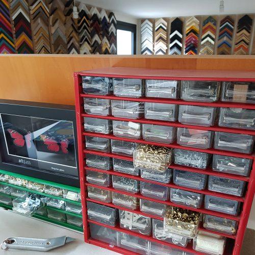 Vue intérieure de l'atelier d'encadrement d'art géré par laurence Paganet à Montreuil 93 avec un choix de baguettes et des fournitures