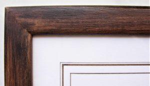 Patine à la cire teintée avec des pigments naturels, passe-partout avec filets au brou de noix