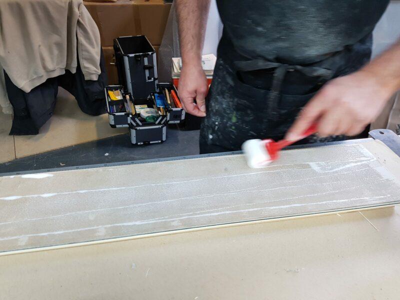 Préparation du glacis avec de la colle diluée pour encollage du filet papier